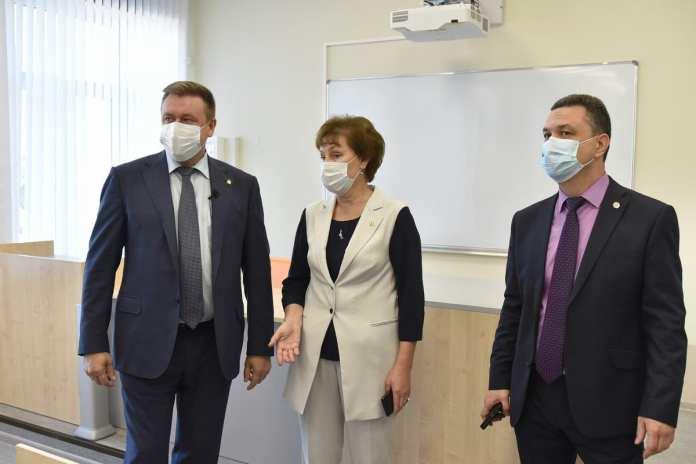 Николай Любимов посетил новую школу в Горроще