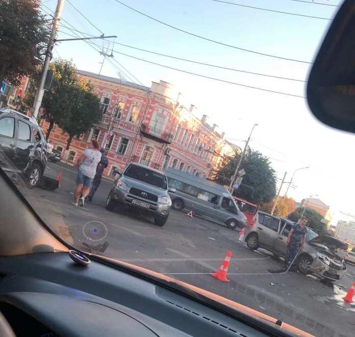 В центре Рязани столкнулись три иномарки