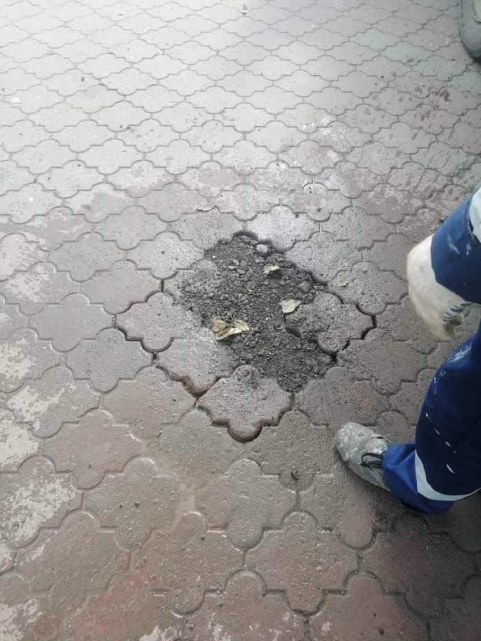 В Рязани заделали открытый люк в центре города, куда провалилась девушка