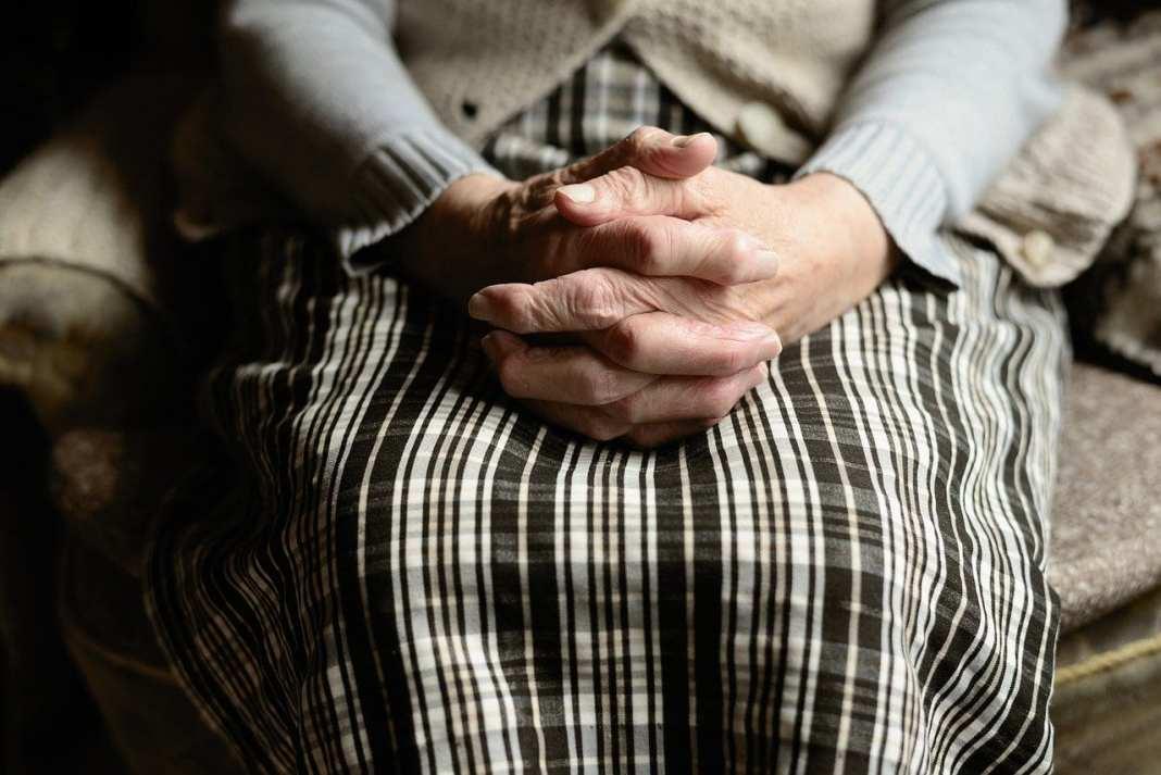 В Ленинградской области молодой парень из-за денег убил старушку кочергой
