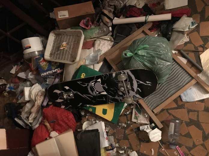 В Питерской квартире, полной мусора, нашли тело мужчины