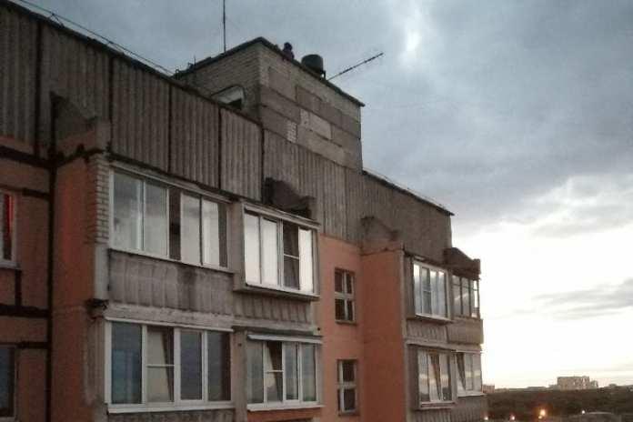 Три юных рязанки гуляли по крыше высотки