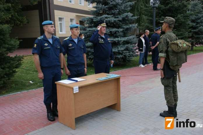 Первокурсникам рязанского десантного училища вручили погоны