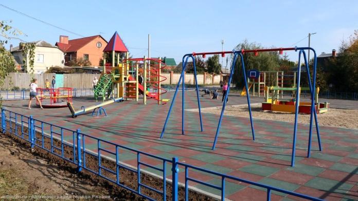 В поселке Канищево в Рязани установили детскую площадку