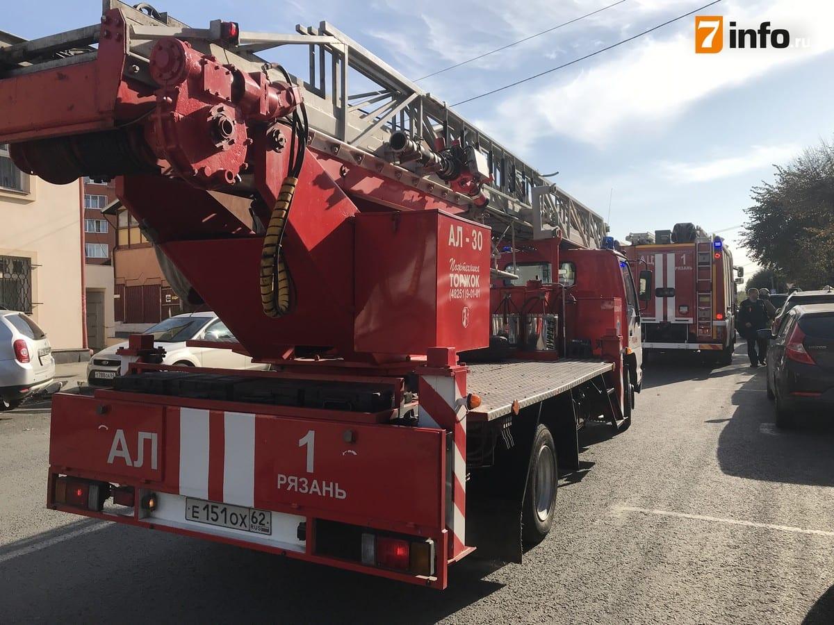 К офисному зданию в центре Рязани приехали четыре пожарных машины