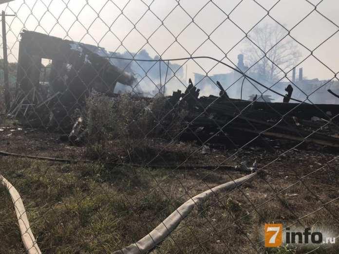 На месте пожара в Клепиковском районе работают спасатели и следователи. Фоторепортаж
