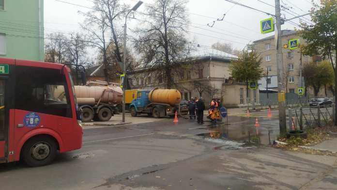 На улице Чкалова работает Водоканал, образовалась пробка