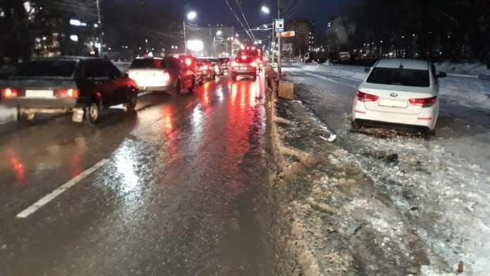 """В Рязани 27-летняя женщина на """"Киа Рио"""" наехала на бетонное ограждение"""