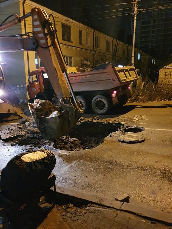В Липецке под углом аварийного дома прорвало трубу