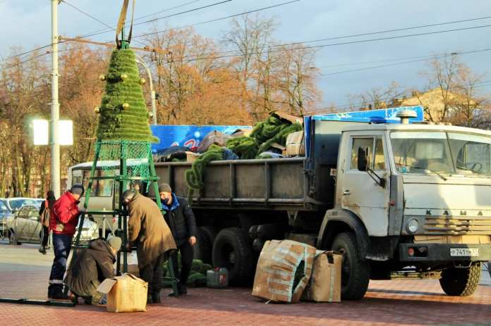 В Орле начали устанавливать новогодние елки