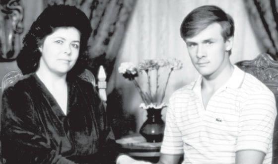В День матери губернатор Любимов опубликовал фото со своей мамой