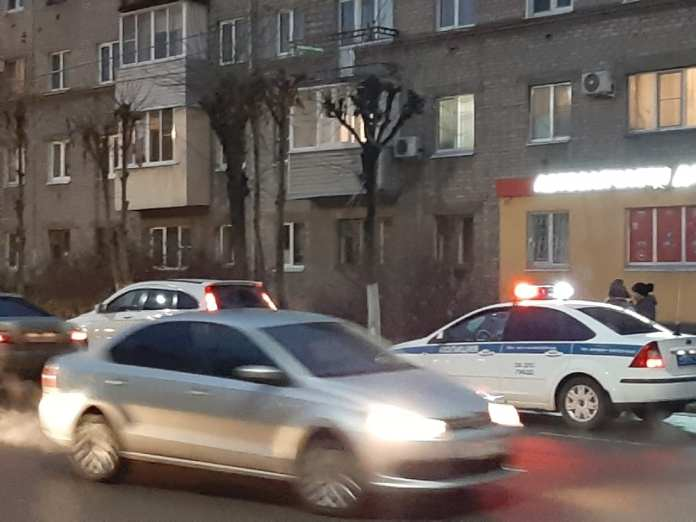 В центре Рязани троллейбусный провод повредил автомобиль