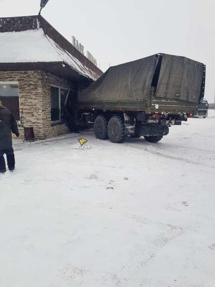 В Новосибирской области КамАЗ протаранил кафе
