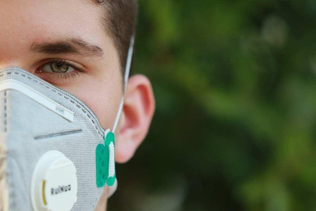 В Роспотребнадзоре рассказали об опасности масок с клапаном