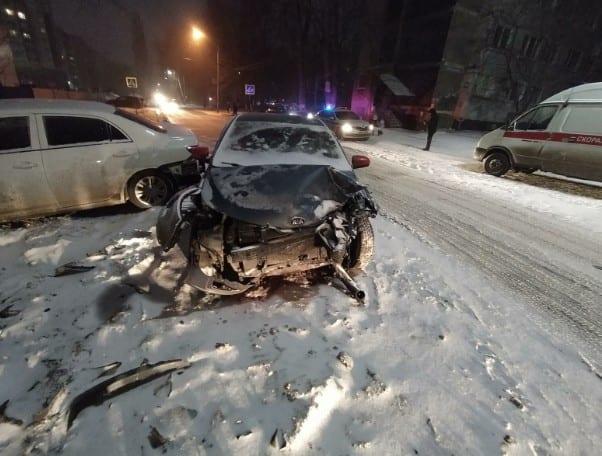 На Касимовском шоссе столкнулись три автомобиля, есть пострадавший