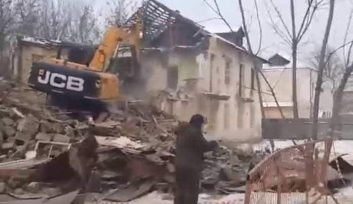 В Рязани сносят старый расселённый дом