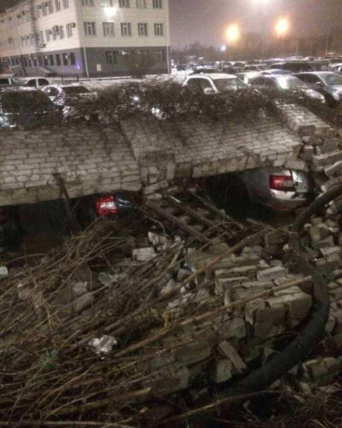 В Липецке кирпичный забор у НЛМК по улице 9 мая обрушился и завалил 13 машин сотрудников завода