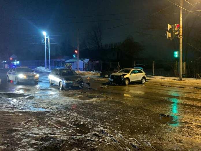 "Три человека пострадали в аварии ""Киа Рио"" и ВАЗ-2112"