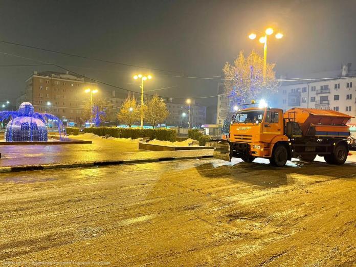Дороги и тротуары в Рязани обрабатывают от гололедицы