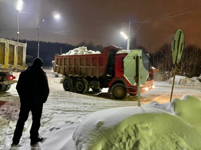 Бурмистров проконтролировал ночной вывоз снега с улиц Рязани