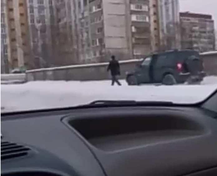 В Рязани пешеход не дал водителю объехать пробку по тротуару