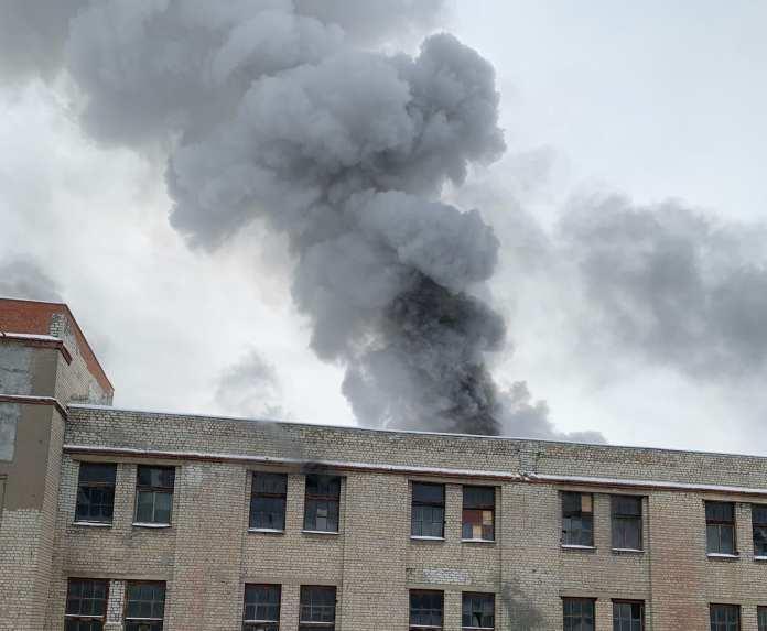 Процесс тушения пожара на бывшем заводе САМ сняли на видео