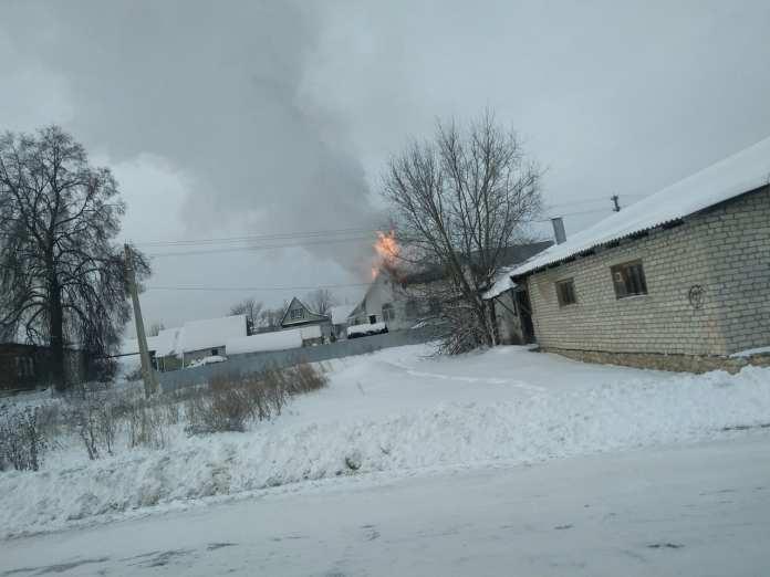 В Рязанской области горит дом