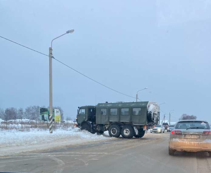 В аварии легковушки с военным грузовиком в Рязани погиб один человек
