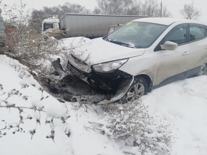 На трассе М-5 в Рязани женщина на Hyundai врезалась в металлический забор