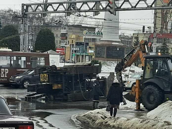 На Московском шоссе в Рязани перевернулся асфальтоукладчик