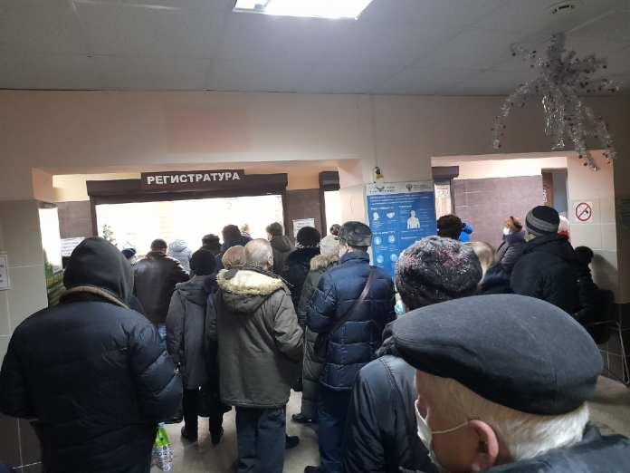В брянской поликлинике №7 образовалась огромная очередь за талонами