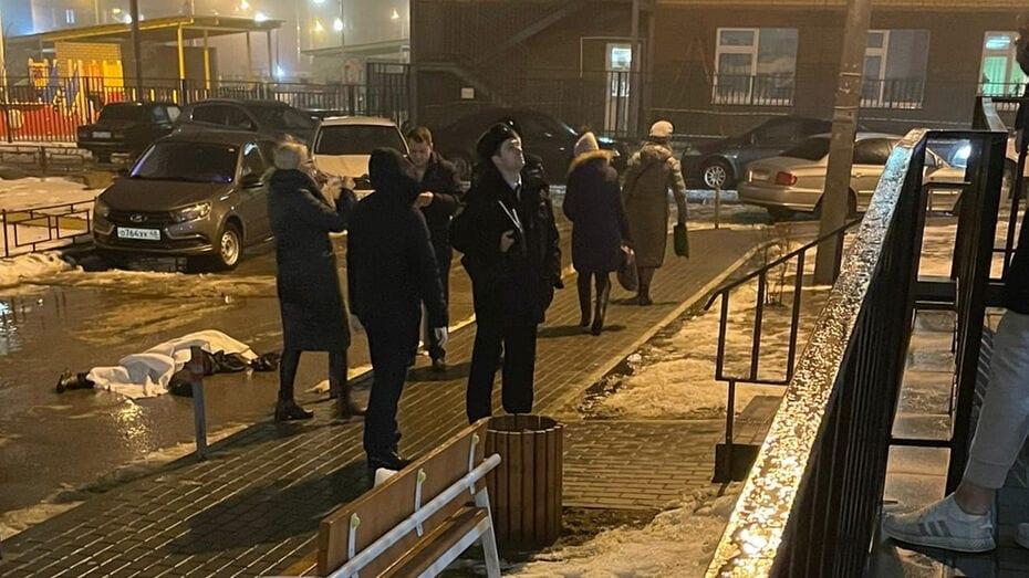 В Воронеже парень упал на коляску с ребёнком
