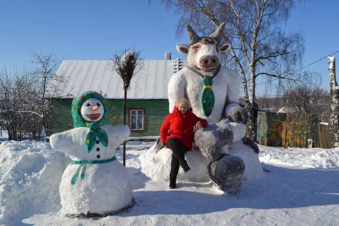 В рязанском райцентре сделали из снега огромного быка