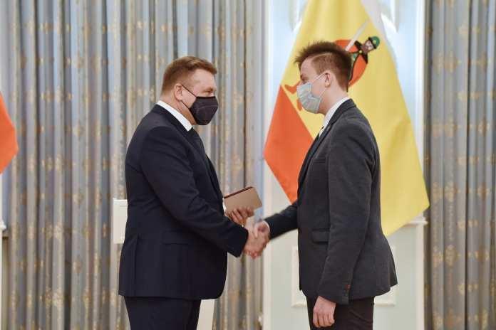 Любимов вручил именные стипендии губернатора курсантам рязанских училищ