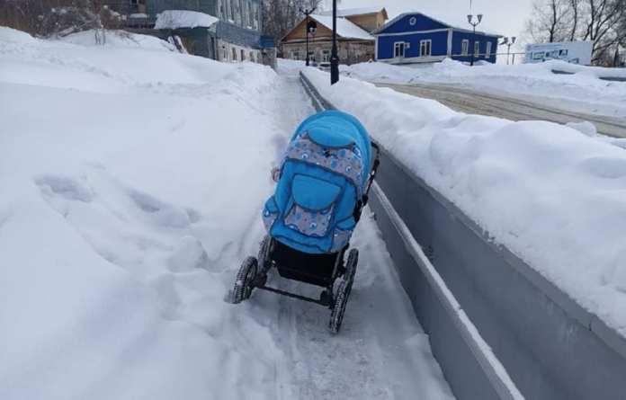 И к чему рисковать здоровьем и жизнью ребёнка: в Касимове человек попытался прогуляться по Рязанскому спуску с детской коляской