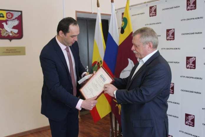 Главу администрации Скопинского района наградили за многолетний труд