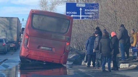 В Рязани маршрутка провалилась в яму на дороге