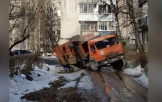 В рязанском дворе мусоровоз провалился под землю