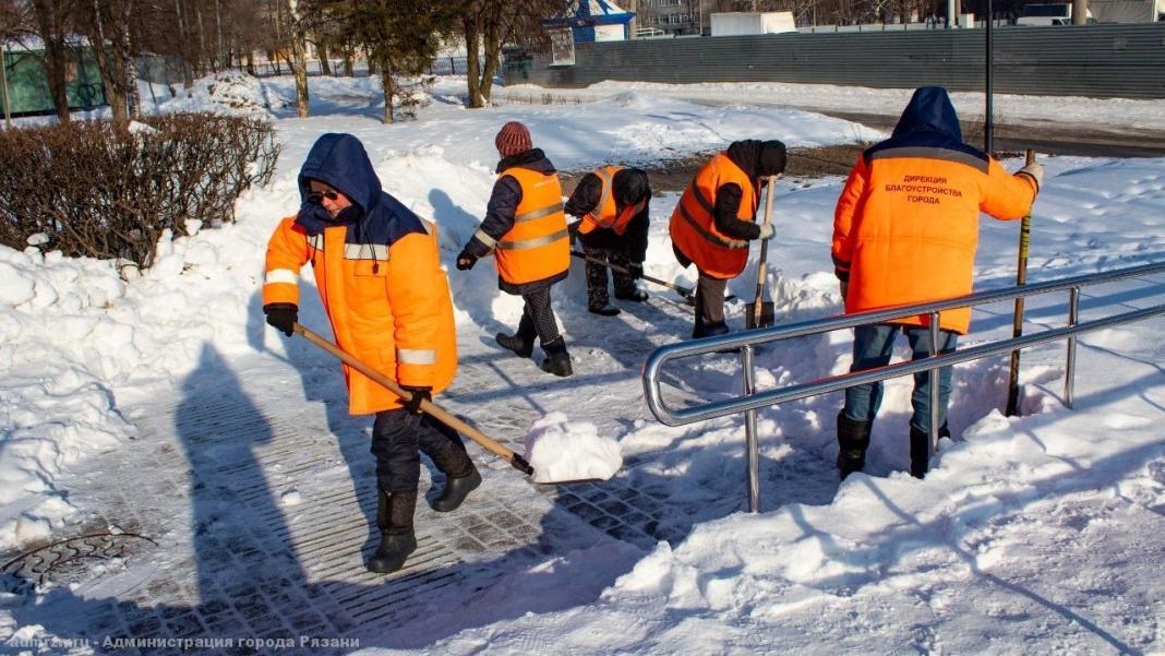 В Рязани от наледи и снега очищают пешеходные зоны