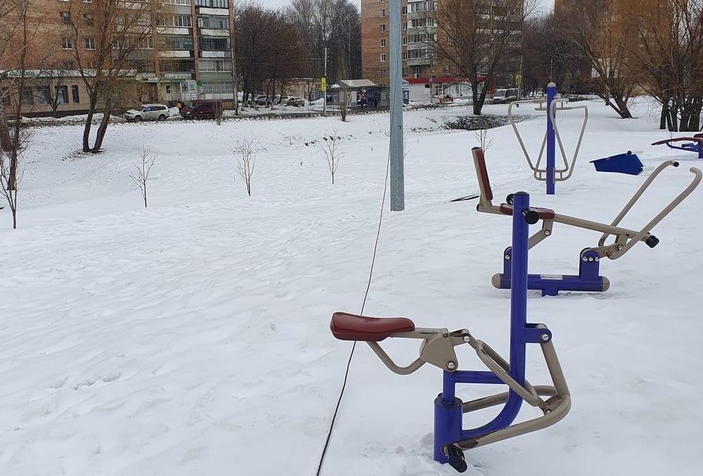 На детской площадке в Рязани оборвались электропровода