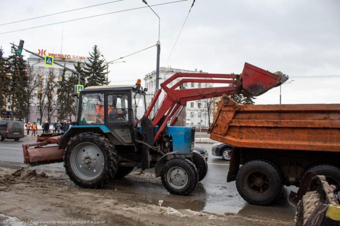 В Рязани улицы продолжают обрабатывать от гололёда
