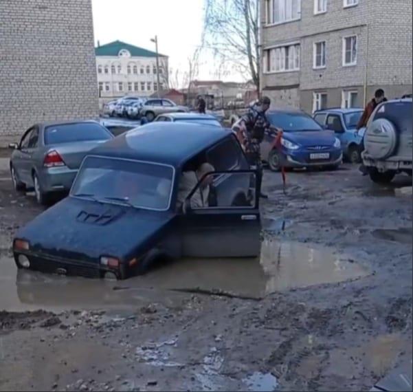 """В Касимове """"Нива"""" провалилась в яму с грязью"""