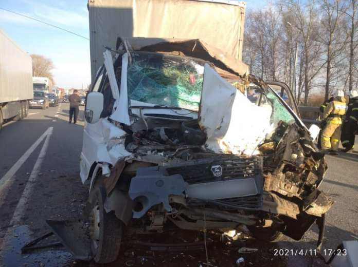 Водитель ГАЗели пострадал после столкновения с грузовиком на трассе М-5 под Рязанью