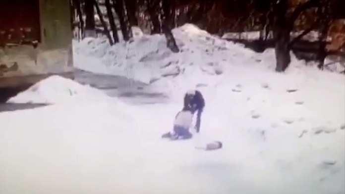 Момент нападения на школьницу в Новосибирске попал на видео