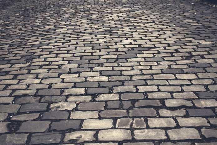 В Вольске пообещали вымостить пешеходную улицу до Дня Победы