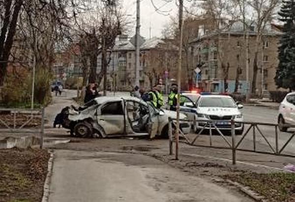 В центре Рязани автомобиль протаранил столб, уходя от погони – очевидец