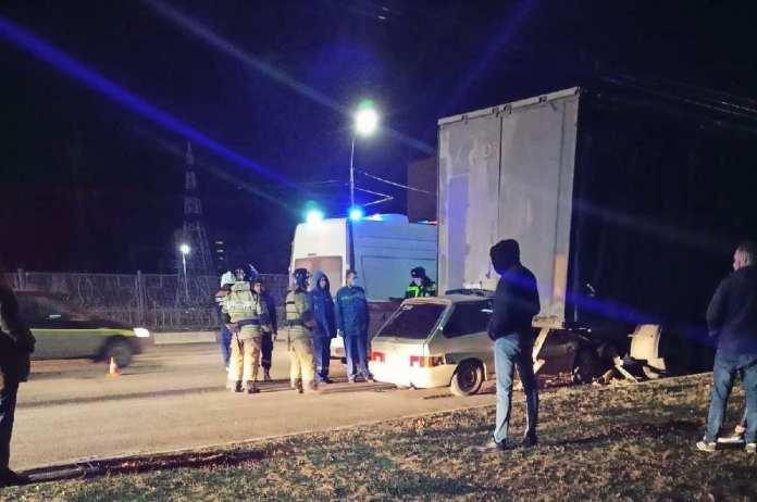 На Московском шоссе в Рязани легковушка влетела под фуру