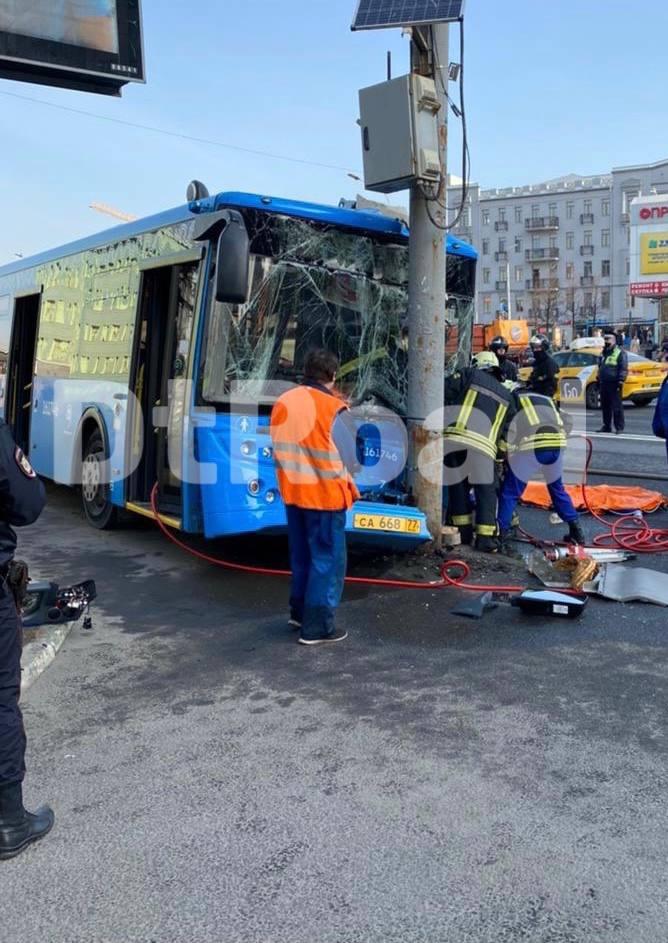 В Москве водитель автобуса потерял сознание и врезался в столб