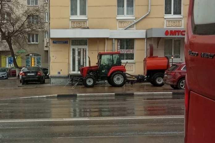 В центре Рязани трактор мыл улицы в дождь