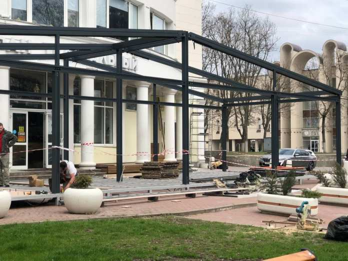В Белгороде начали монтаж летних кафе и веранд